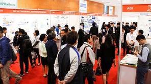 ベトナムで初開催となった「ものづくり商談会」には初日から多くの来場者が集まった=23日、ハノイ