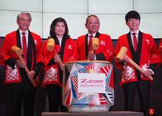 ネット専業証券事業の開始を発表したGMOインターネットの熊谷正寿会長兼社長(右)=13日、バンコク(NNA撮影)
