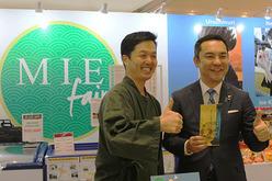 三重県の鈴木知事(右)は「三重県フェア」会場を訪れ、県産品をPRした=14日、ホーチミン市