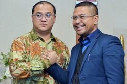バンカブリトゥン州のエルザルティ州知事(左)とインドネシア総研のアルベルトゥス社長=13日、ジャカルタ(NNA撮影)