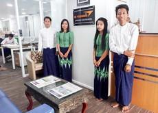 ビィ・フォアードがミャンマーで初めて開設した、公式仲介店をPRする従業員=ヤンゴン(同社提供)