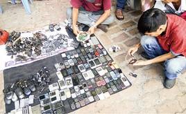スマホなどの中古機器を買い取って販売する人たち=ホーチミン市