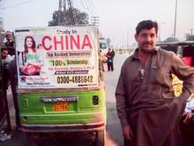 中国留学の広告が三輪車(リキシャ)にも=ラホール(NNA撮影)