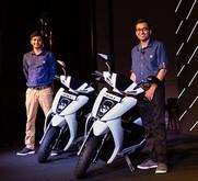 電動スクーター2車種の発売を発表するアザーのメタCEO(右)=南部カルナタカ州ベンガルール(同社提供)