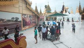 シュエダゴン・パゴダの中で映画の撮影を行う制作チーム=5日、ヤンゴン(制作委員会提供)